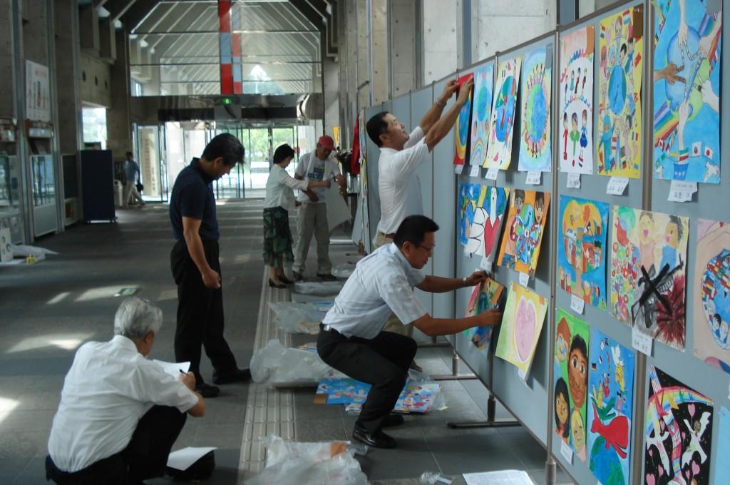 国際平和ポスター展示作業